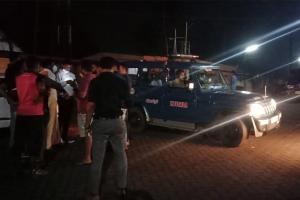 Hindutva group stops bus with Muslim man Hindu woman drag them to cops