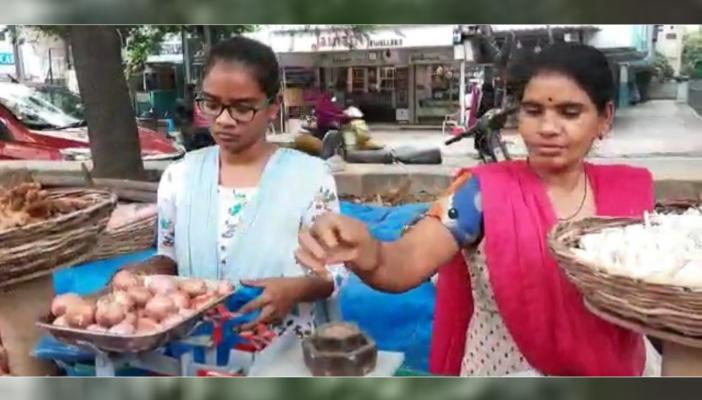 Anusha along with her mother selling vegetables in Hyderabad